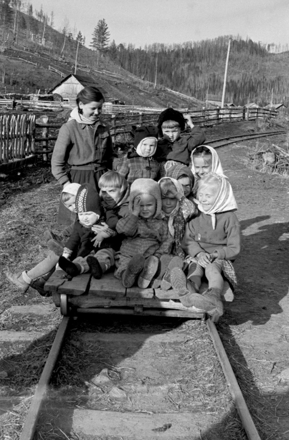 Tremtinių vaikai žaidžia ant geležinkelio. Manos rajono Širokij Log kaimas, Krasnojarsko kr., Rusija, 1954 m. Kazio Vilimo nuotrauka iš Lietuvos centrinio valstybės archyvo (LCVA.0-128939)