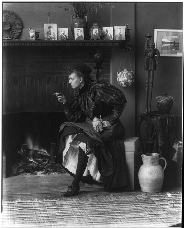 Frances Benjamin Johnston (1864–1952). Autoportretas studijoje, apie 1896. Kongreso bibliotekos nuosavybė