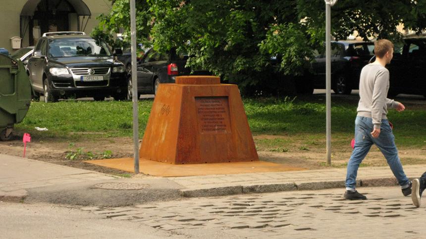 """""""Čia, šioje vietoje, 2014 metų gegužės 11 nieko ypatingo neįvyko"""" (užrašas ant paminklo Rutinai). Audrio Karaliaus nuotrauka"""