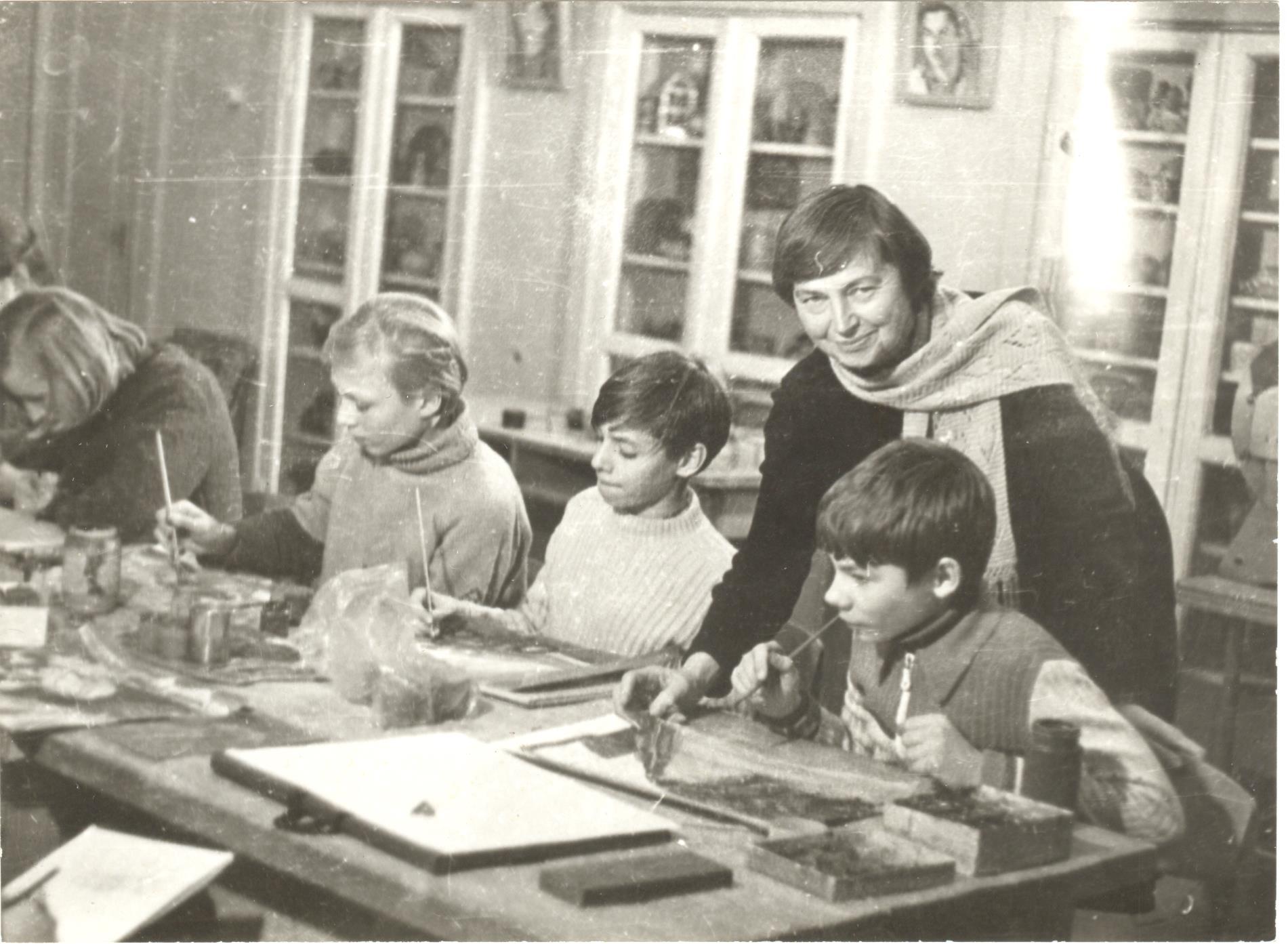 Elena Venckevičienė (Tulevičiūtė) Vilniaus vaikų dailės mokykloje. Juozo Gecevičiaus nuotrauka