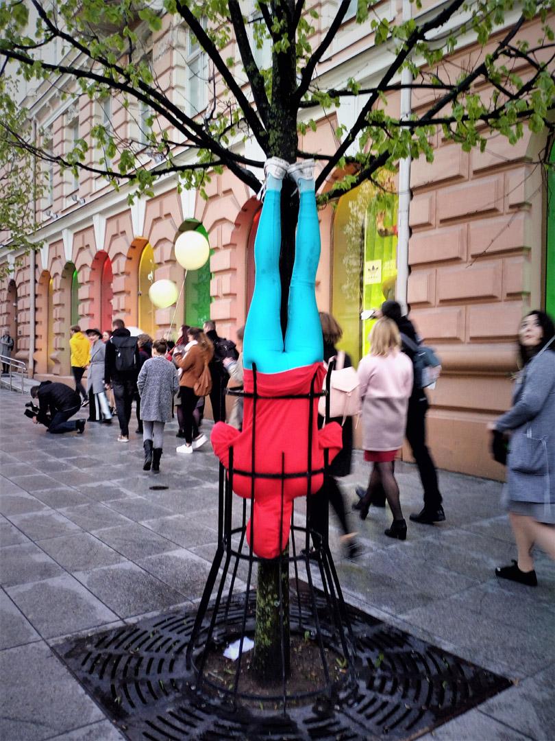 """Vitos Norvilienės nuotrauka  iš judesio performanso  """"Kūnai miesto erdvėse""""  (Willi Dorner koncepcija;  renginio """"Open House Vilnius"""" dalis) balandžio 26 d."""