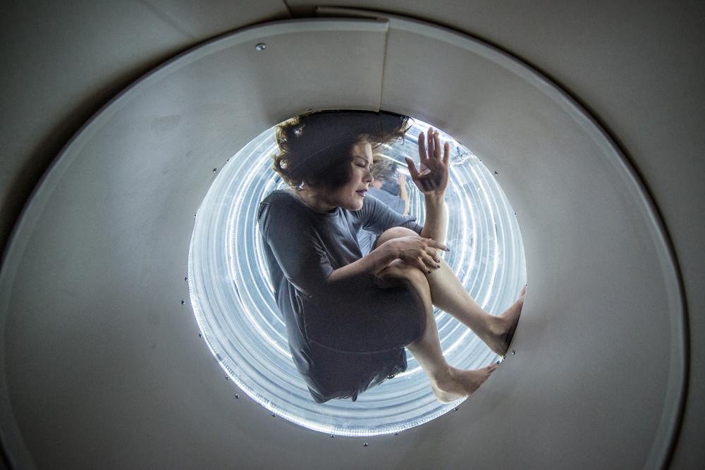 """Geriausias žiūrovų išrinktas  """"ArtVilnius '15"""" menininkas Monika Dirsytė savo kūrinyje """"Aš tavo saulė"""". Ryčio Šeškausko nuotrauka"""