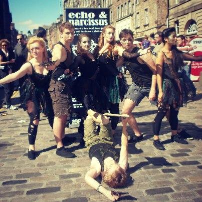 """Spektaklis """"Echo & Narcissus"""" kiekvieną dieną rengtas pagrindinėje Edinburgo gatvėje. Aktorių vardai iš kairės į dešinę: Cressida Peever, Henry Morris, Elizabeth Johnson, Michael McLauchlan, Monika Kawai, ant žemės – Will Hockedy"""