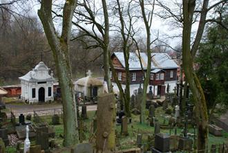 Pagrindinis kapinių takas. Iš kairės: Jelenskių koplytėlė, Monšynskių koplytėlė, buvęs prižiūrėtojo namas Antano Grinčelaičio nuotrauka