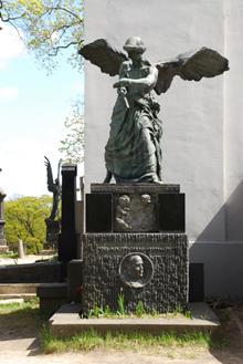 Visuomenės veikėjo, bankininko Juozapo Montvilos kapas. Antkapinis paminklas pastatytas 1914 m. Skulpt. Z. Otas. Skulptūra nulieta Varšuvoje L. Kranco liejykloje Antano Grinčelaičio nuotrauka