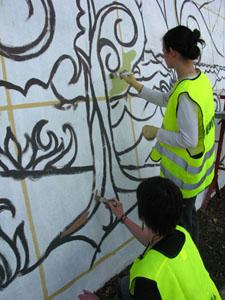 """Projektas """"ŠkarpArt"""", kurio metu savanoriai gražino miestelio sieną"""