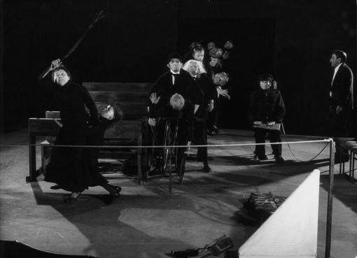 "Scena iš spektaklio ""Mirusi klasė"", 1978 m. Jano Dalmano fotografija. ""Cricoteka"" archyvo kolekcija"