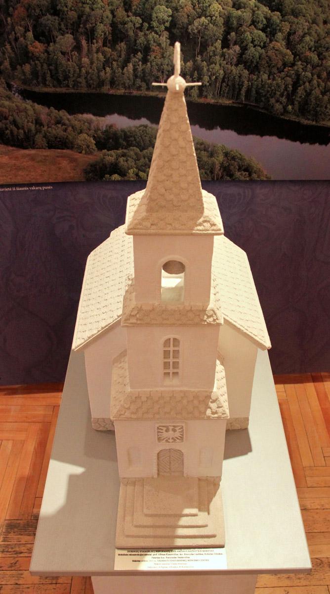 Parodoje  – Dubingių evangelikų reformatų XVII a. bažnyčios, kurią ketinama atkurti, maketas (2011 m.). Projekto autorius Vladas Butrimas. Andriaus Valužio nuotrauka