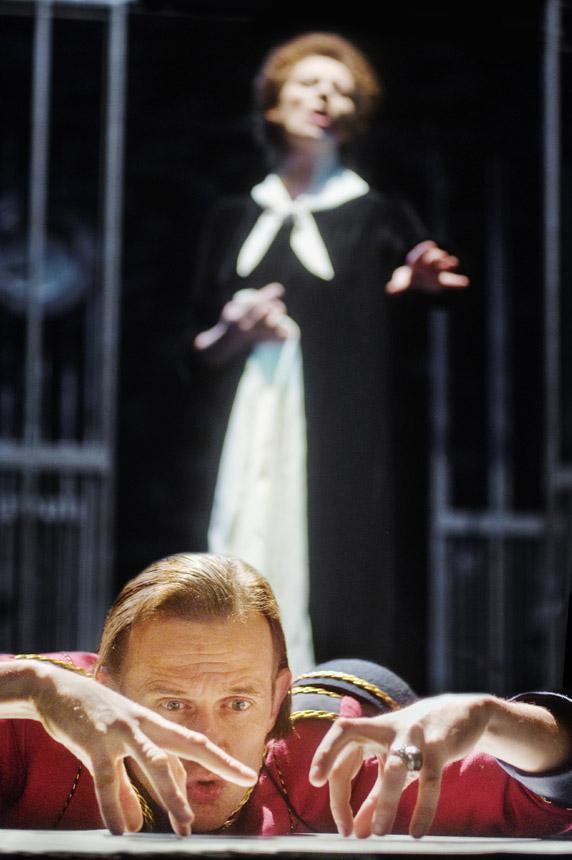 """Spektaklio """"Balta drobulė"""" scena. Dmitrijaus Matvejevo nuotrauka"""
