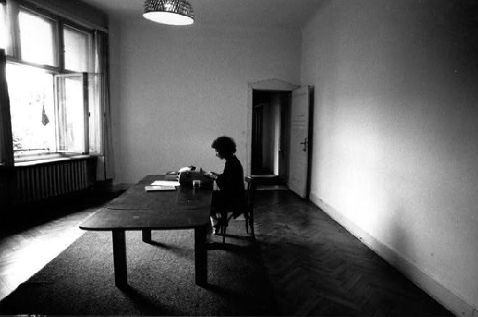 "Margaret Atwood 1984 m. Berlyne rašo ""Tarnaitės pasakojimą"". Nuotrauka iš www.margaretatwood.ca"