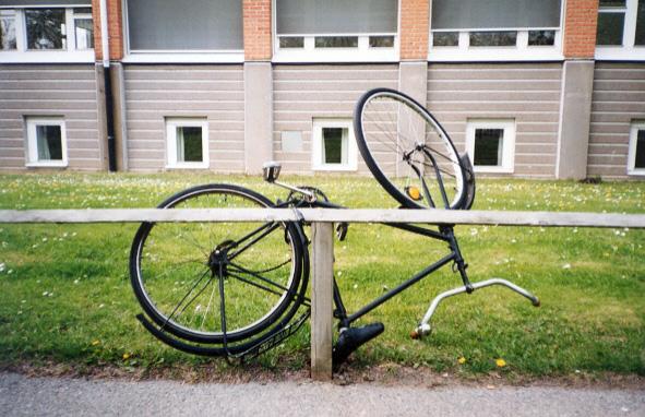 Prirakintas dviratis Lundo studentų miestelyje (2004). Rimvydo Strielkūno nuotrauka