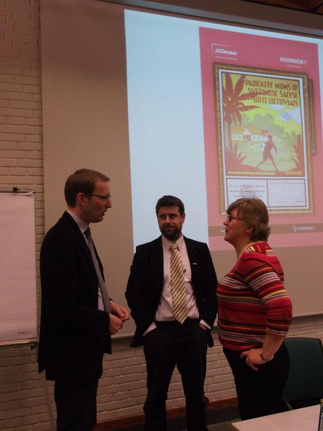 Pasitarimas prieš pranešimą: K. Sprindžiūnaitė, H. Hellbergas ir Ch. Pletzingas