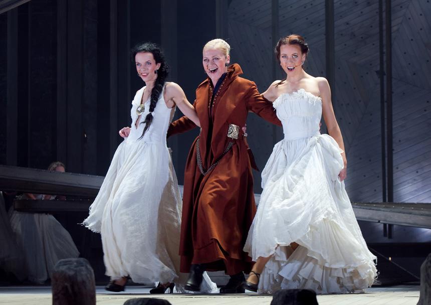 """""""Pūsk, vėjeli!"""". Liepojos teatro aktorės: Agnesė Jekabsonė (kairėje), Inesė Kučinska, Signė Ruicena"""