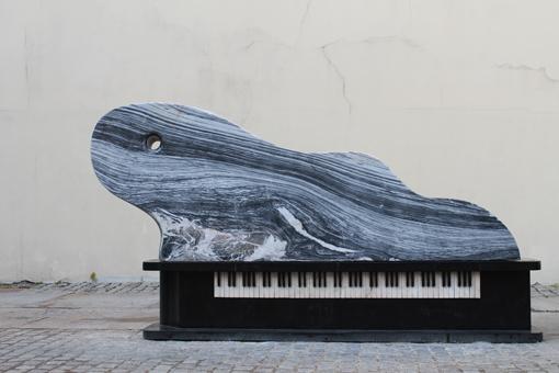 """Vlado Kančiausko skulptūra """"Fortepijonas – banga"""". Mykolo Natalevičiaus nuotrauka"""