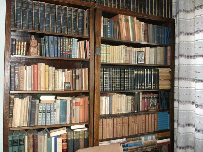 Vinco Mykolaičio-Putino muziejaus knygų lentynos. Astridos Petraitytės nuotrauka