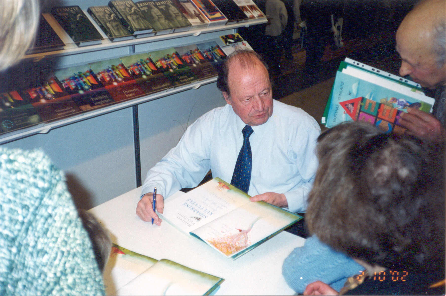 Martynas Vainilaitis 2002 m. Vilniaus knygų mugėje. Nuotrauka iš S. Vainilaitienės asmeninio archyvo