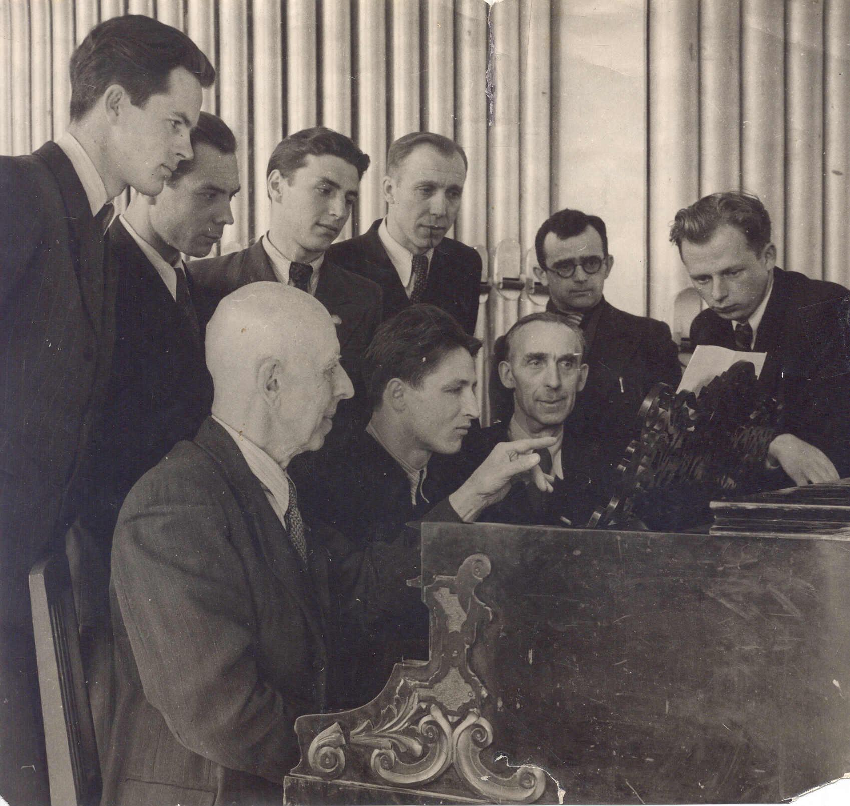 J. Bendorius (sėdi dešinėje) su prof. K. Galkausku ir studentais 1949 m. Nuotraukos iš LMTA muziejaus archyvo