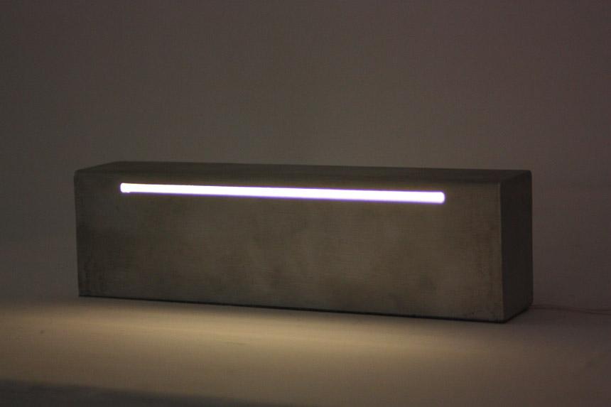 Tomas Daukša. Be pavadinimo. 2012, aliuminis, šviesa, 19,5 x 5,5 x 3,5 cm.