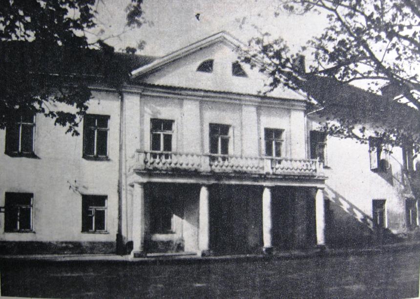 Namas Kaune, Rotušės aikštėje, kuriame lankydavosi A. Mickevičius. Čia gyveno Karolina Kovalska, būtent čia įvyko ir garsusis ginčas su Nartovskiu. XX a. vidurys