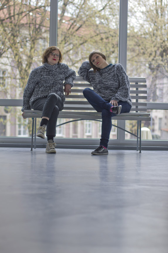 Čia ir viršelyje – menotyrininkės Jurgita Ludavičienė ir Aistė Paulina Virbickaitė su A. Andriuškevičiaus megztiniais. Aistės Kisarauskaitės nuotrauka
