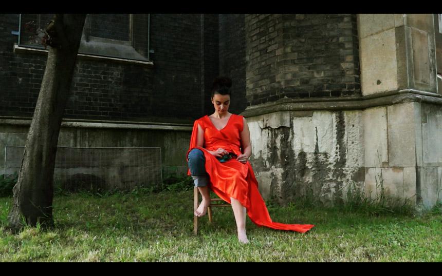"""Simona Žemaitytė. Kadras iš videofilmo """"Manifestas"""", 2013"""