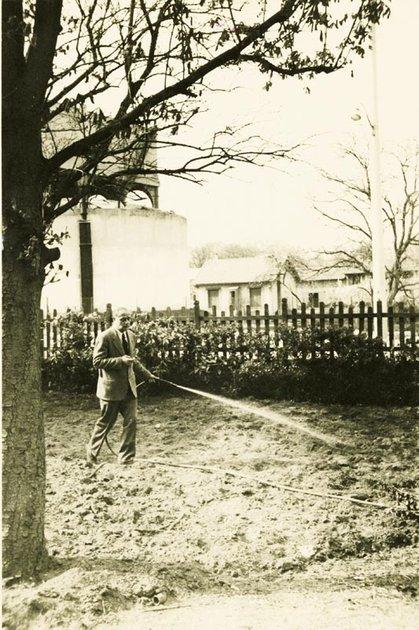 J. Giedroycas laisto sodelį.  Nuotrauka iš Paryžiaus literatūros instituto archyvoSed