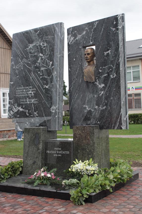 Paminklas poetui Pranui Vaičaičiui ir Knygai Sintautuose (skulpt. J. Šlivinskas). G. Jokūbaičio nuotrauka