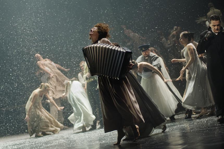 """""""Oneginas"""" (rež. R. Tuminas, Maskvos J. Vachtangovo teatras). Dmitrijaus Matvejevo nuotrauka"""