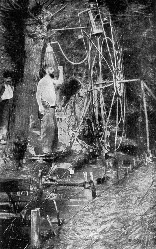 """Prancūzų kareivis per I pasaulinį karą improvizuotame duše. Nuotrauka iš """"National Geographic Magazine"""", Volume 31 (1917)"""