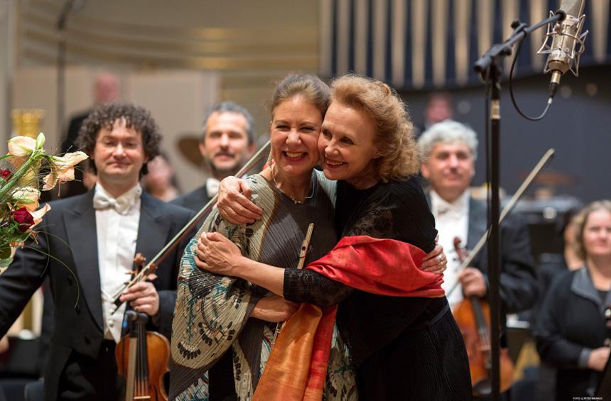 Viena žinomiausių Suomijos šiuolaikinės muzikos kompozitorių Kaija Saariaho (dešinėje) su fleitiste Camilla Hoitenga iš JAV (kairėje), kuriai akomponavo Slovakijos nacionalinis simfoninis orkestras. Peterio Brenkuso nuotrauka