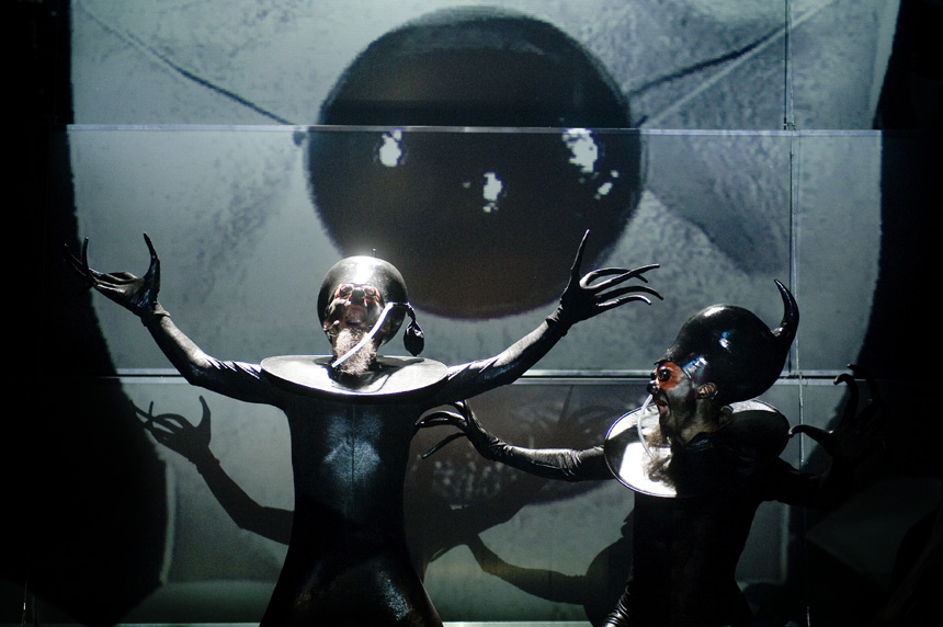 """V. Novopolskis – Chimera (kairėje) spektaklyje """"Tas, kuris gauna antausius"""". Dmitrijaus Matvejevo nuotraukos"""