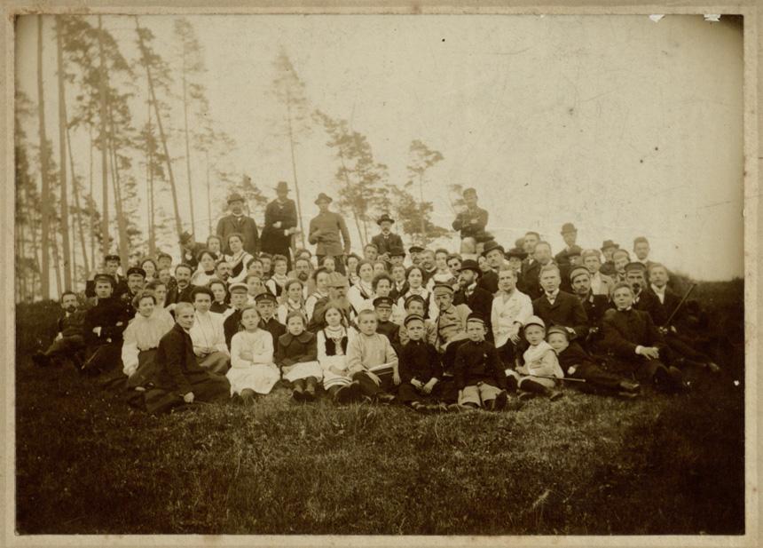 """""""Vilniaus žinių"""" redakcijos gegužinė Verkiuose 1905 metais. Antroje eilėje 4 iš kairės Jurgis Šlapelis, šios eilės viduryje sėdi (su barzda) gegužinės rengėjas G. Landsbergis-Žemkalnis, šalia jo Marija Piaseckaitė (Šlapelienė), neatpažinta, Mečislovas Dovoina-Silvestravičius. Kostas Stiklius stovi viršutinėje eilėje, 2 iš kairės. Skelbiama pirmą kartą. LMAVB."""