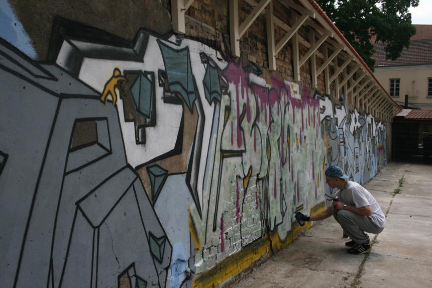 """Lukas Minalga. """"Judėjimas"""", 2014, grafitis. Bakalauro darbo vadovė – doc. Ieva Skauronė"""