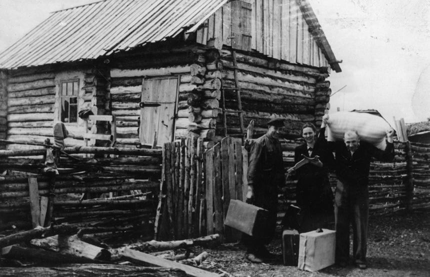 """Eugenija Mačiulienė atsisveikina su savo """"bakūže"""" Plotnikove (Novosibirsko sr.). 1956 m. birželis. Jono Mačiulio nuotrauka"""