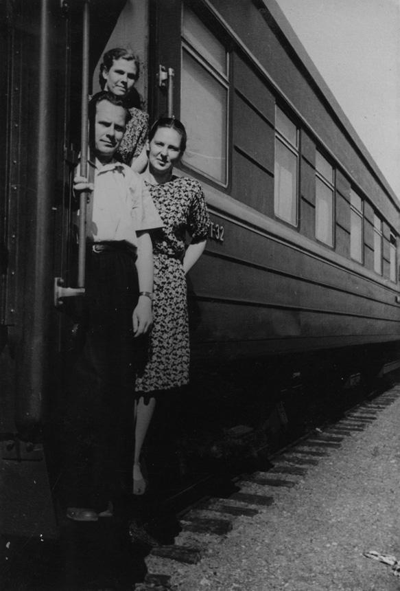 """Jonas ir Eugenija (šalia) Mačiuliai prie traukinio vagono """"Novosibirskas–Maskva"""". 1956  m. birželio 8 d."""