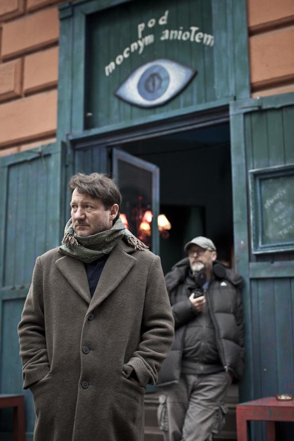 """Filmuojant """"Stiprųjį angelą"""". Pirmame plane – pagrindinio vaidmens atlikėjas Robertas Więckiewiczius, antrame plane – W. Smarzowskis. Jaceko Drygałos nuotraukos"""