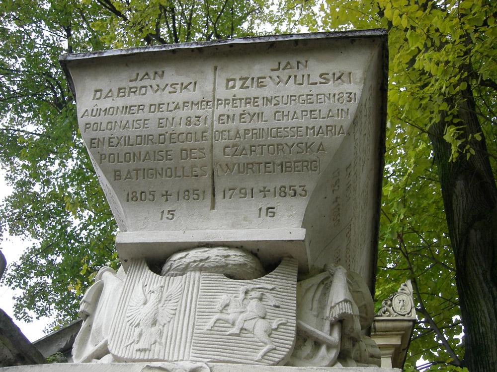Abiejų Tautų Respublikos herbas ant 1830–1831 metų sukilimo organizatorių bendro kapo Monmartro kapinėse