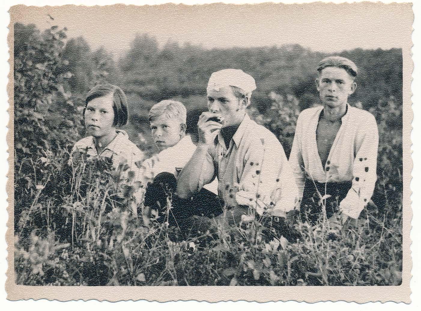 Iš kairės: Ona, Stasys, Alfonsas ir Adolfas Čipkai. Nemeikščiai