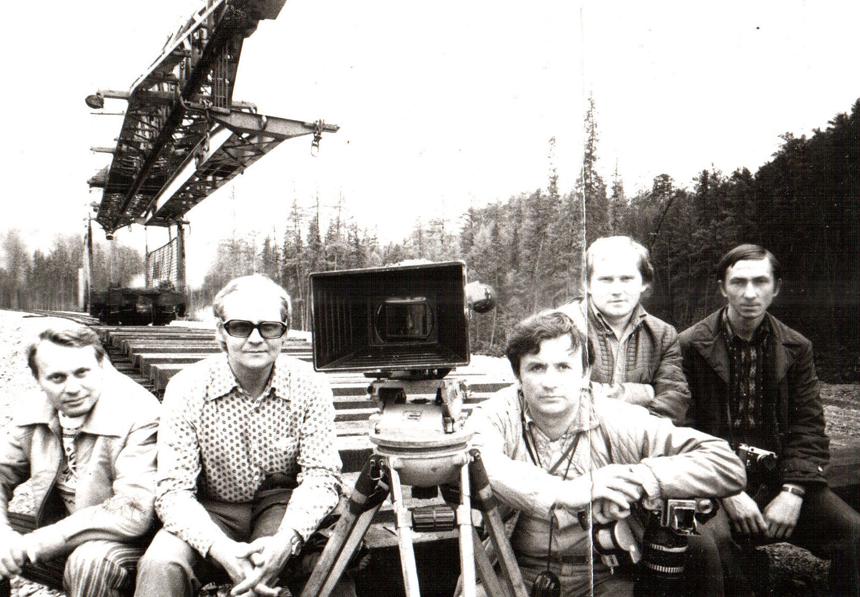 """""""Savojo aš beieškant"""" (1977). Nežinomas praeivis, režisierius R. Šilinis, operatorius A. Jančoras, filmo direktorius A. Baranauskas ir A. Šiuša. Nuotrauka iš A. Šiušos asmeninio archyvo"""