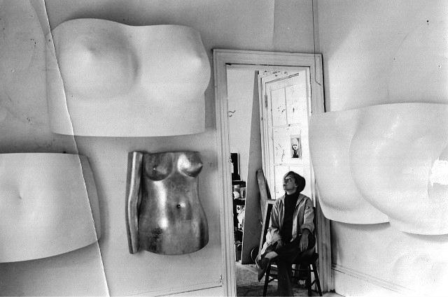 M. Kairiūkštytė-Balkus savo studijoje. Nuotrauka iš Nacionalinio M. K. Čiurlionio dailės muziejaus archyvo