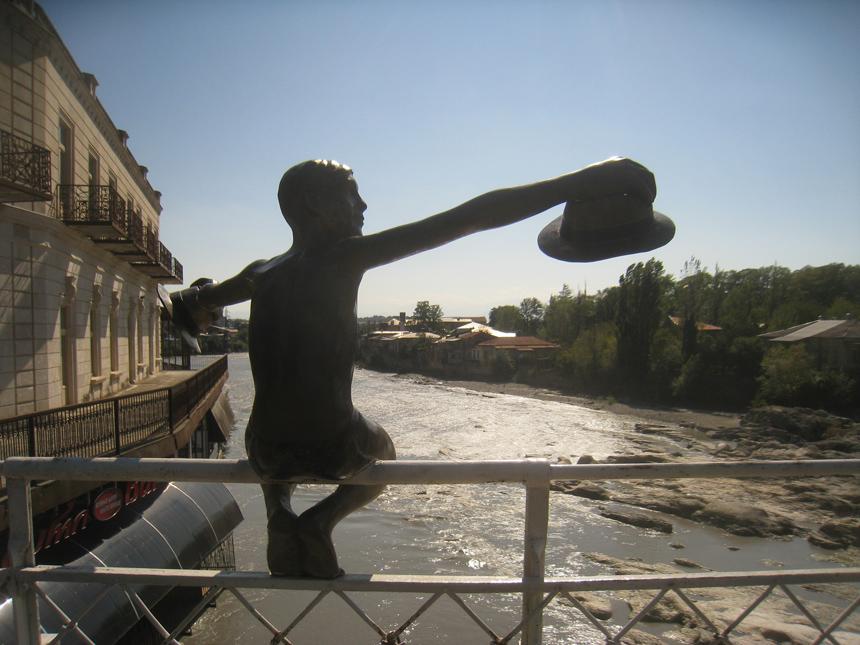 Paminklas Kutaisyje ant Baltojo tilto. Vytauto Juršėno nuotrauka