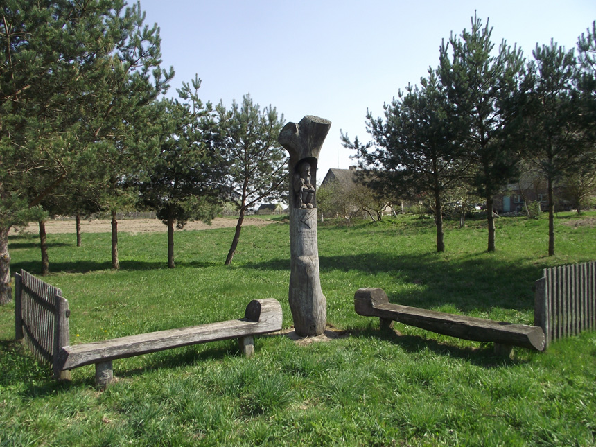 Koplytstulpis Davainavos dvaro vietoje. 1999 m. Skulpt. Ričardas Ramanauskas. Arūno Andriulio nuotrauka (2014)