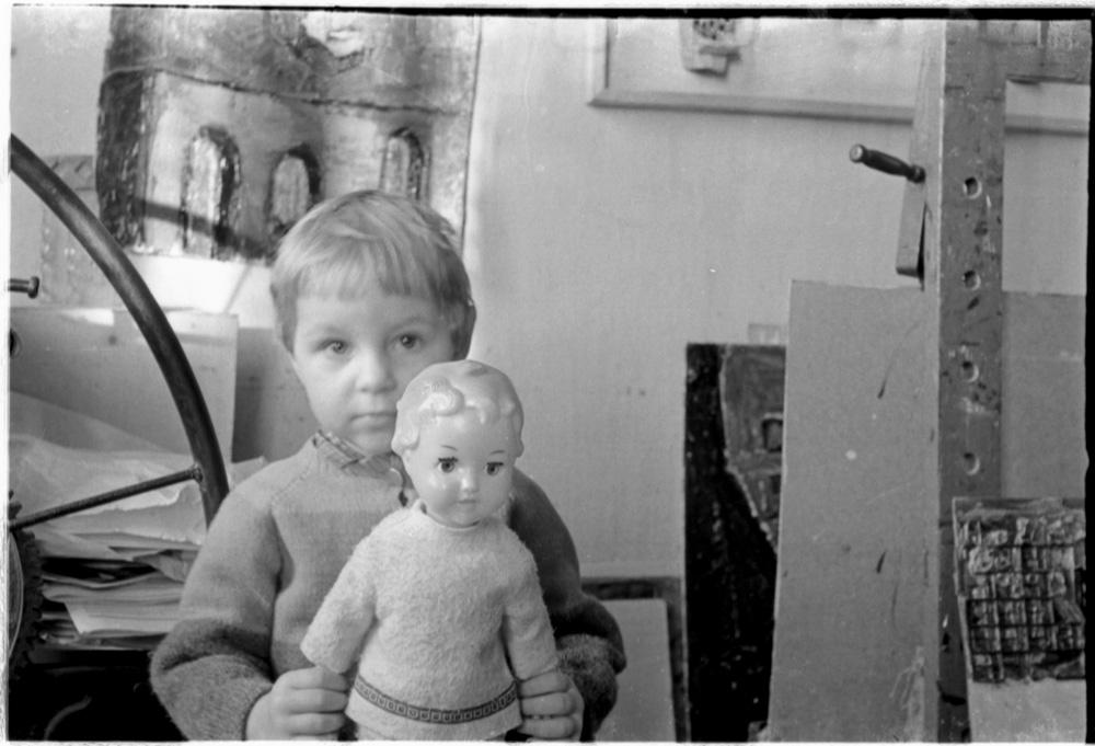 Dukra Aistė Kisarauskų studijoje prie Šv. Jokūbo bažnyčios. Vinco Kisarausko nuotraukos