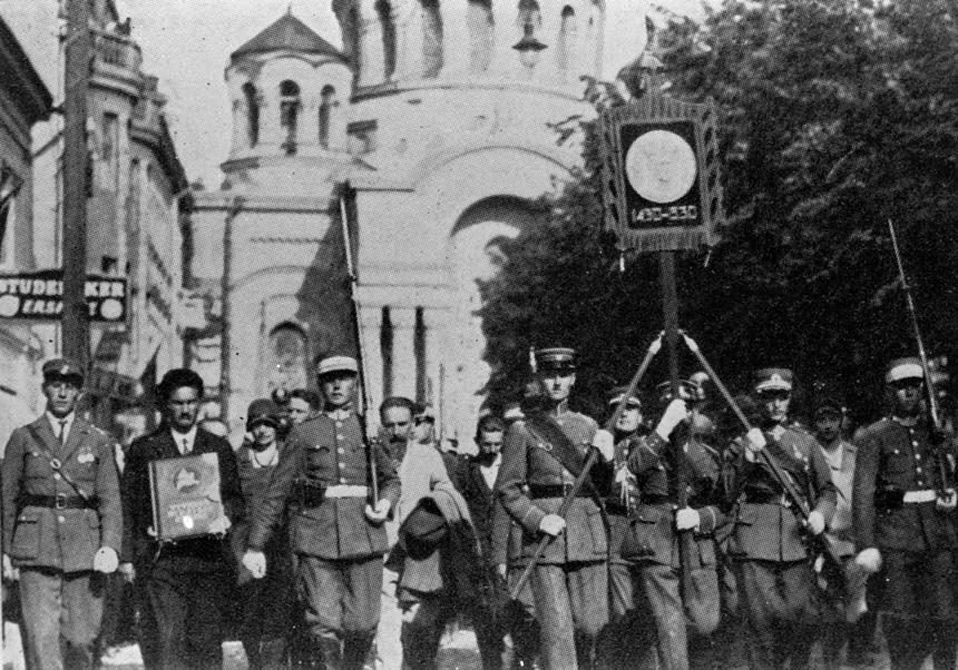 Šauliai neša Vytauto Didžiojo paveikslą ir Raportų knygą Kauno Laisvės alėja. 1930 m. liepos 15 d. LCVA