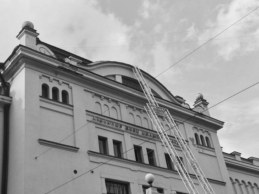 Kęstutis Montvidas. Rusų dramos teatro fasadas su atremtu 11 m kamertonu. Nuotrauka iš RDT archyvo
