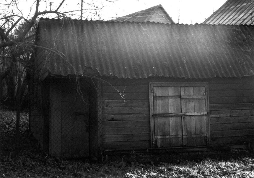 """Pastatas Pandėlyje, Panemunio gatvėje, kuriame veikė """"kioskelis-barelis""""; 1950–1952 m. P. Širvys, dirbdamas Pandėlio rajono laikraštyje """"Spalio pergalė"""", jame mėgo lankytis. gyčio norvilo nuotrauka (apie 2000 m.)"""