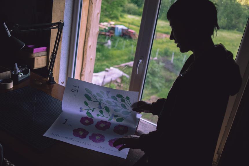 Grafikė Oksana Judakova savo studijoje. Samantonys (apie 22 km nuo Ukmergės), Veprių seniūnija, Ukmergės rajonas.