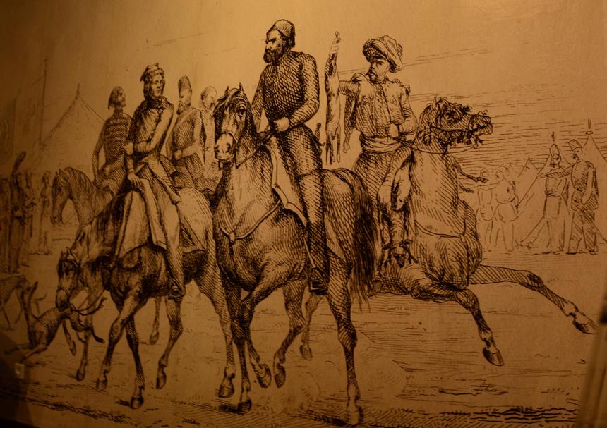 Petro Suchadolskio iliustracijos fragmentas. Adomas Mickevičius (kairėje), grįždamas iš medžioklės, šnekučiuojasi su stovyklos viršininku Sadyku Paša. A. Mickevičiaus muziejus Stambule. Autorės nuotrauka