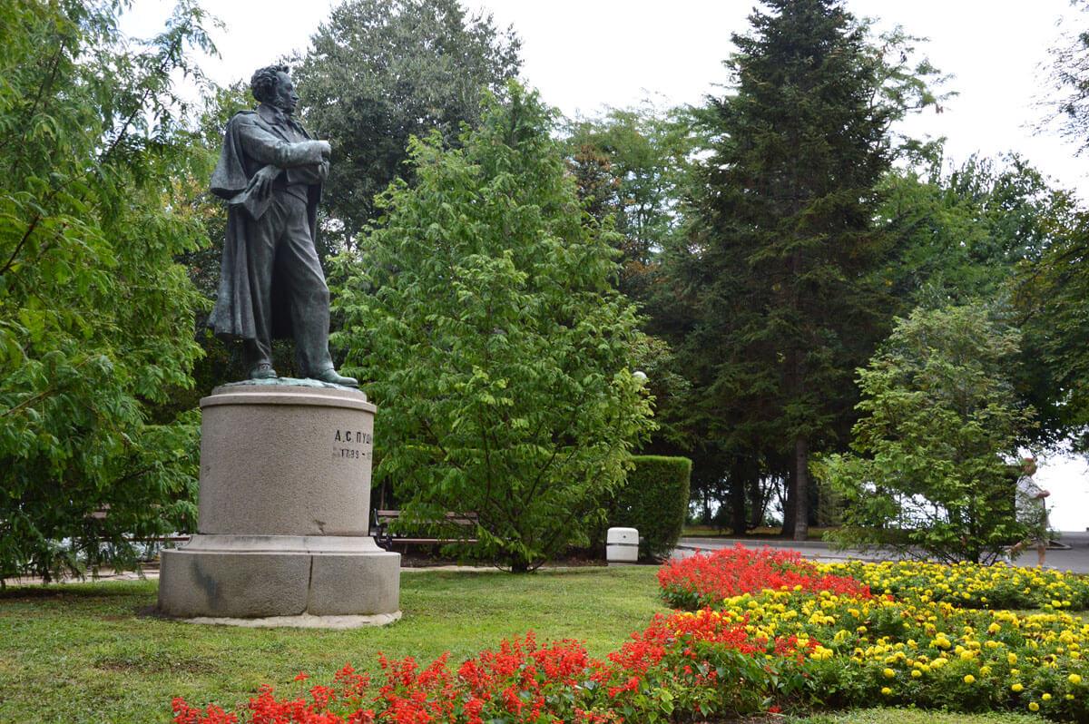 Aleksandro Puškino paminklas Burgaso pajūrio parke. Pastatytas 1952 m. Skulpt. Petko Zadgorski. 2015 m.