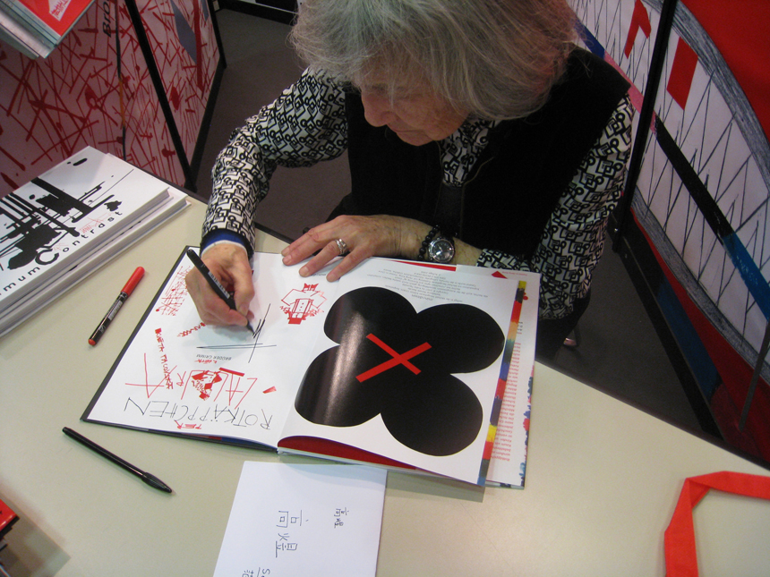 Květa Pacovská 2010 m. tarptautinėje Bolonijos vaikų knygų mugėje. Sigutės Chlebinskaitės nuotrauka